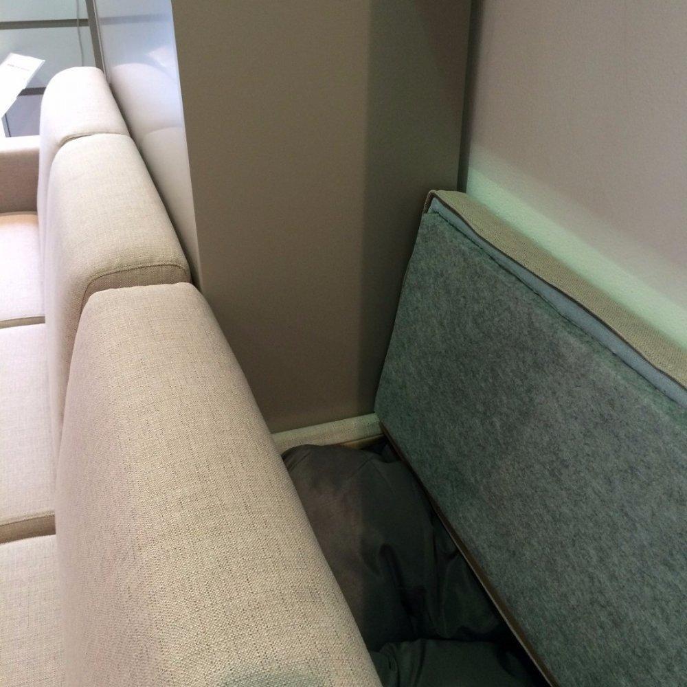 Armoire lit à ouverture assistée TRACCIA canapé intégré accoudoirs larges et chauffeuse droite