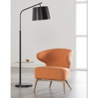 Fauteuil CHANEL design en tissu orange avec un piétement en chêne.