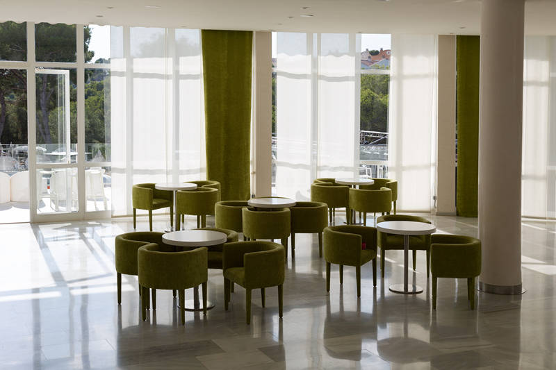 chaise-table-basse-detente-hotel-restaurant-lobby